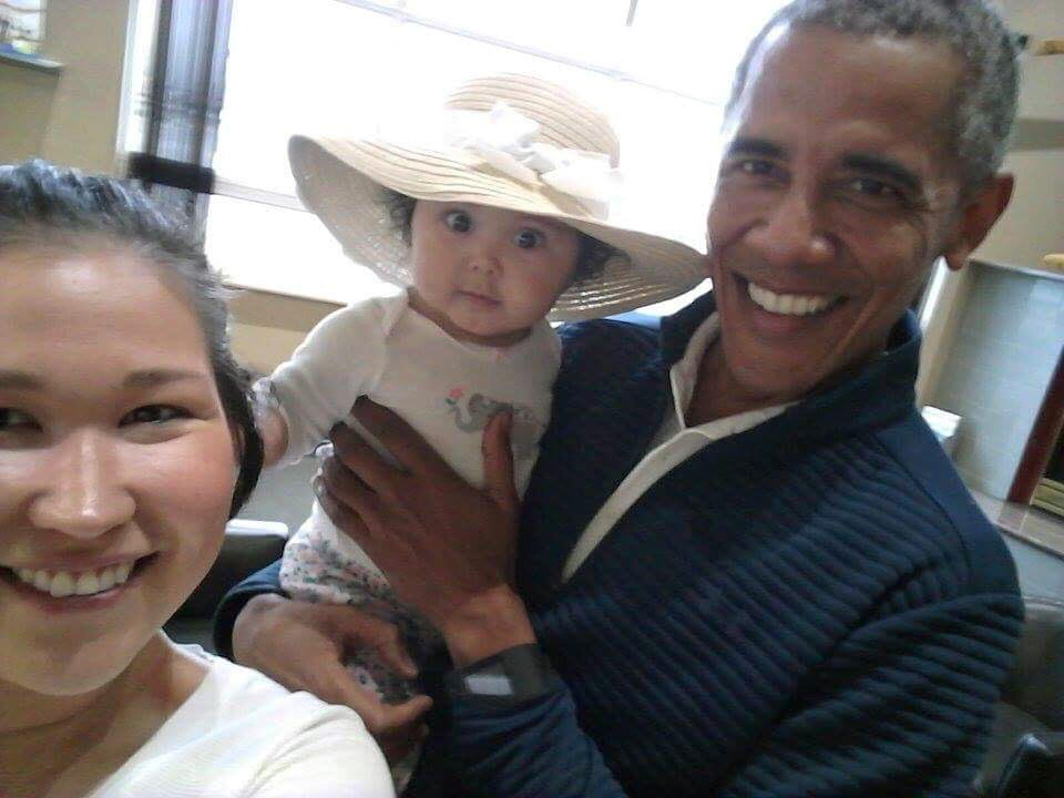 "Alaska mom snaps airport picture of Obama and her baby: ""Oh my God, it is Obama"""