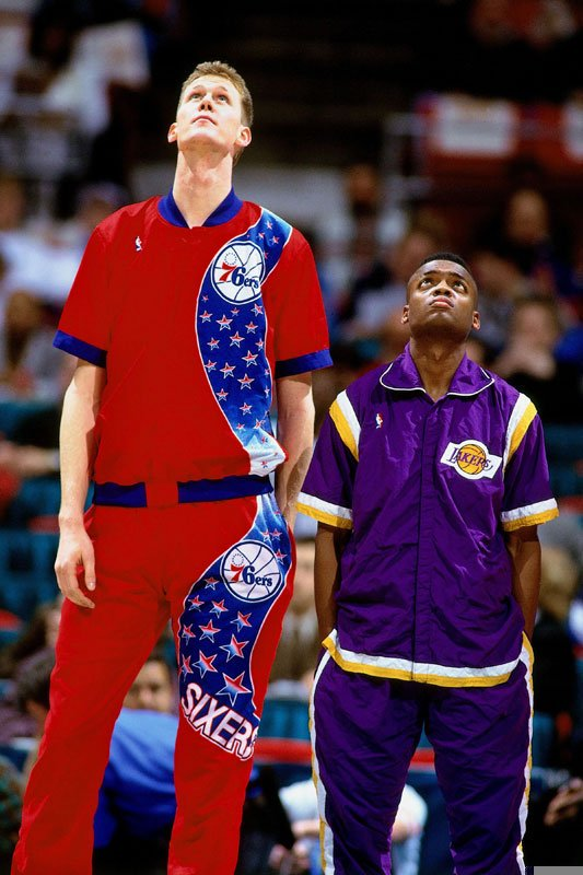 Shawn Bradley and Nick Van Exel listen to the National Anthem before the 1994 Rookie Game: https://t.co/akgjGFlY0E