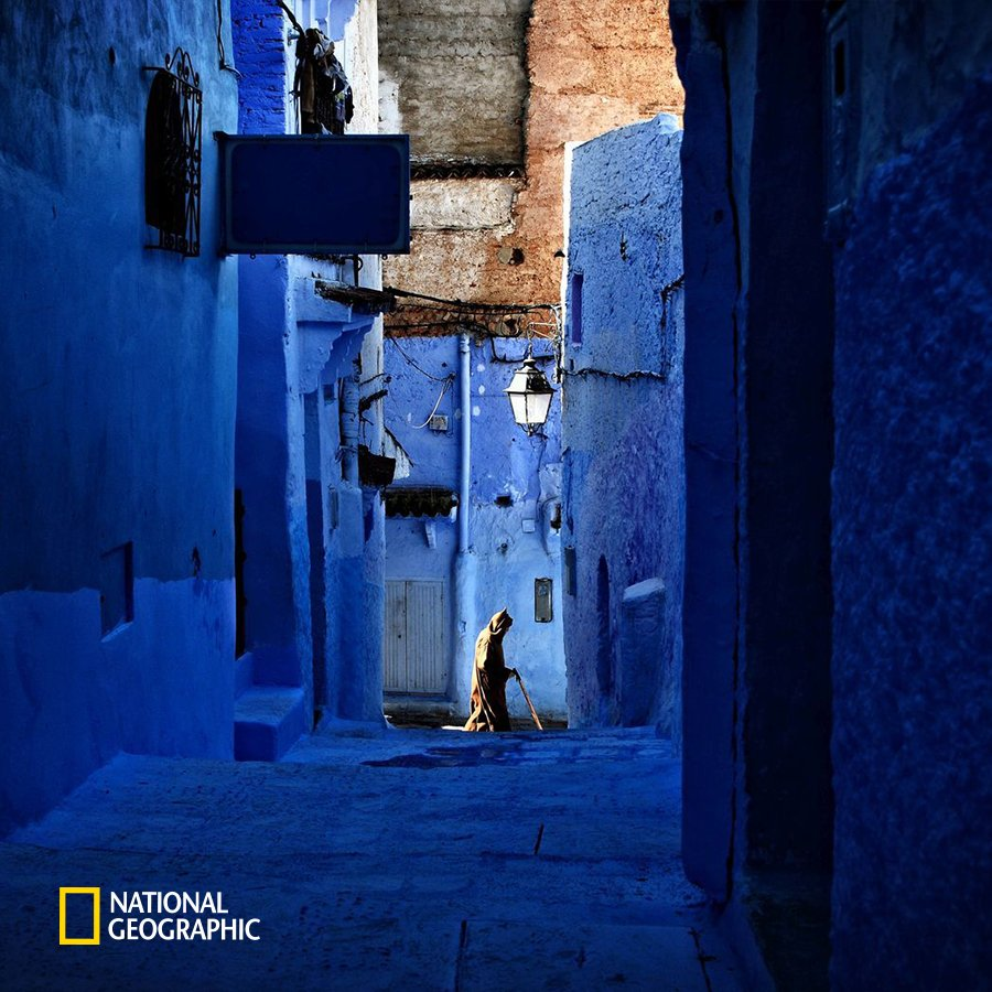 #NG오늘의포토 푸른색이 물든 마을, 모로코의 쉐프샤우엔입니다. 기독교의 박해를 피해 이주해온 유대인들이 이슬람 전통의 초록색이었던 건물들을 파랗게 색칠하면서 조성되었죠. 청량한 푸른색이 마치 동화 속 한 장면에 들어와 있는 듯한 느낌을 줍니다. https://t.co/d4N3ORx4gO