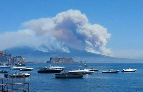 RT @skeggiaplus: Parco nazionale del #Vesuvio in fuoco 😰 #fuoco #Napoli #naples #Italia https://t.co/7ku51K456g