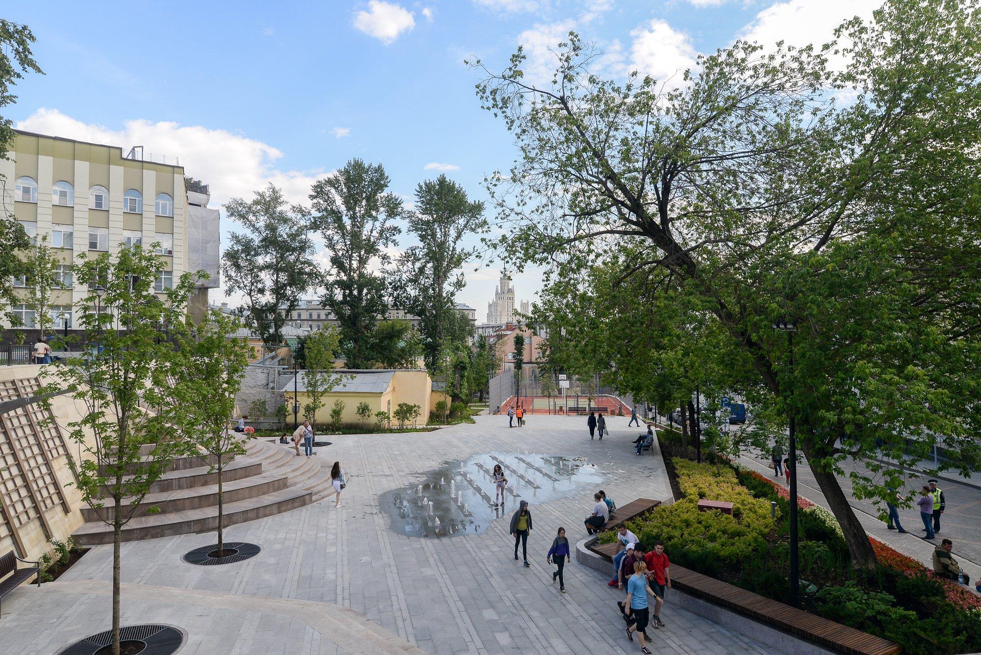 Осмотрел новый сквер в Большом Спасоглинищевском пер. Вместо парковки сделали место для отдыха с фонтаном, детскими и спортплощадками https://t.co/FI2ItXRIdG