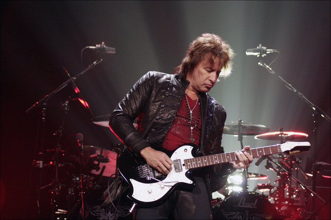 "Hoy es cumpleaños de mi padre Richie Sambora,""The King of Swing\"". Happy birthday!!!"