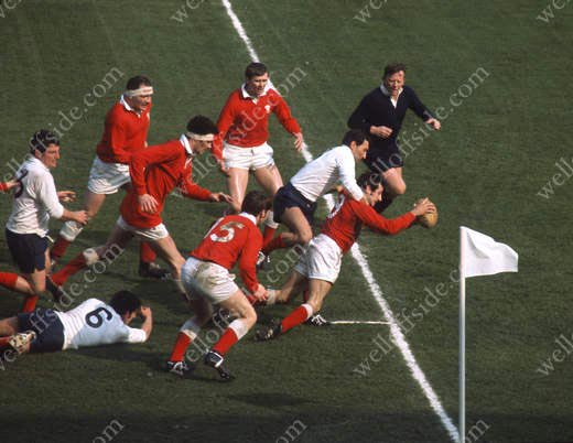 Happy 70th birthday to Gareth Edwards, seen here scoring a try for Wales v France in 1969. Pic by Gerry Cranham.