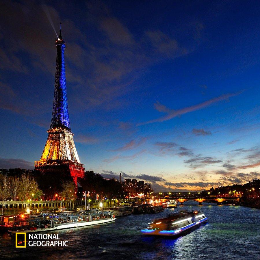 #NG오늘의포토 288년 전 오늘, 파리에서는 프랑스 혁명의 도화선이 된 '바스티유 감옥 습격 사건'이 일어났습니다. 프랑스 혁명의 기본 정신은 자유, 평등, 박애로, 이를 의미하는 색이 에펠탑을 아름답게 비추고 있습니다. https://t.co/1a9sajk0Vg