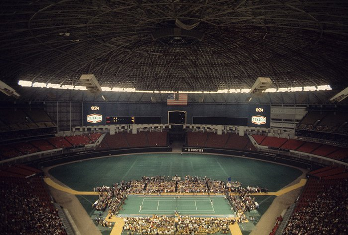 Tennis at the Astrodome was very weird (even without it being the Battle of the Sexes match) https://t.co/mIrJysniCM
