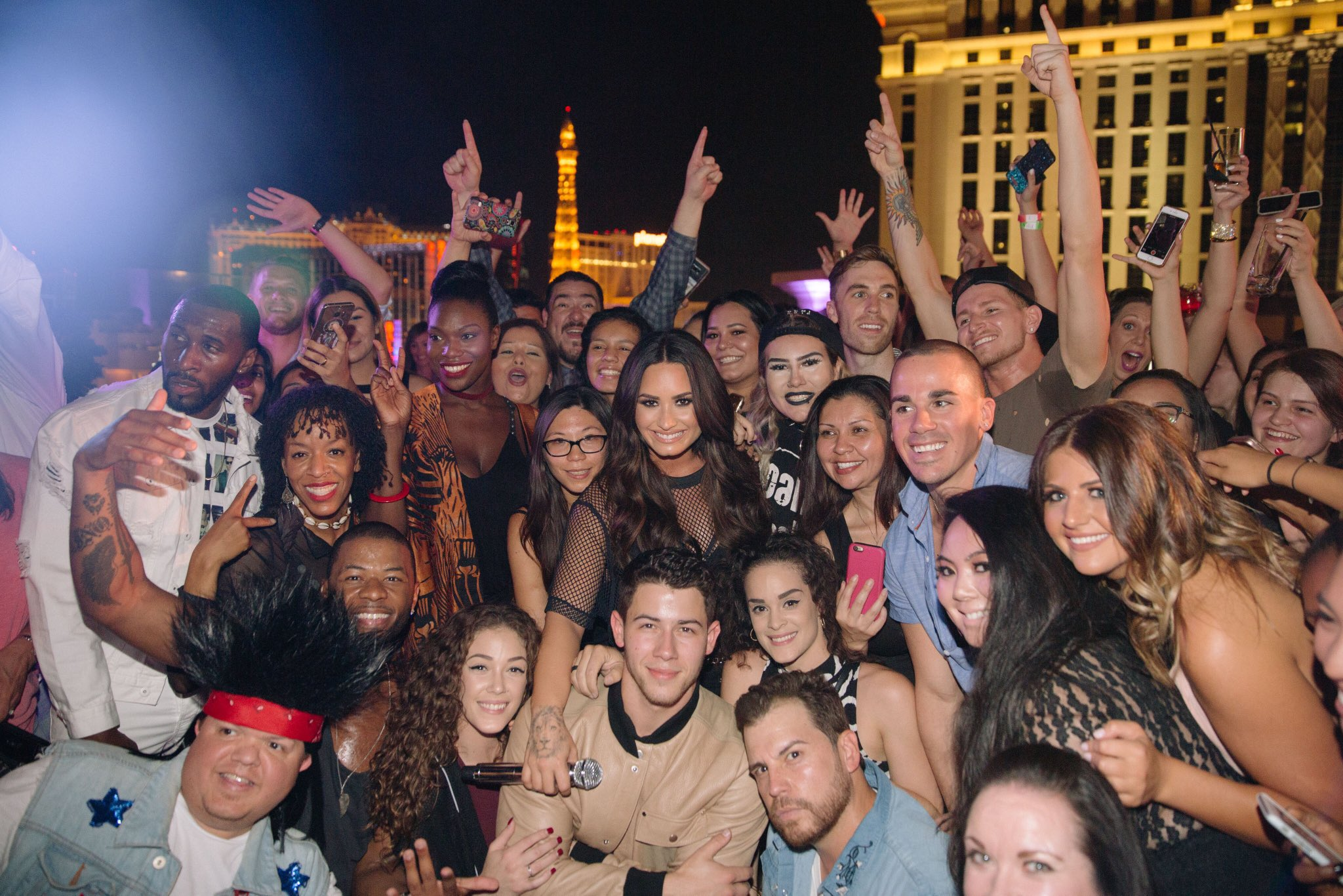 Vegas!! So much fun with you tonight �� #SNSHouseParty https://t.co/uO6m8UbYAO https://t.co/YlNeFyGUlI