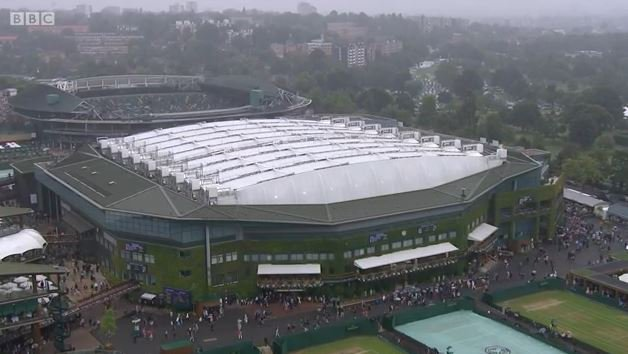 A final under the roof.  It's drizzling at #Wimbledon, but Centre Court has got it covered.  https://t.co/jiUsK2EKJG https://t.co/NuvXlqn5D2