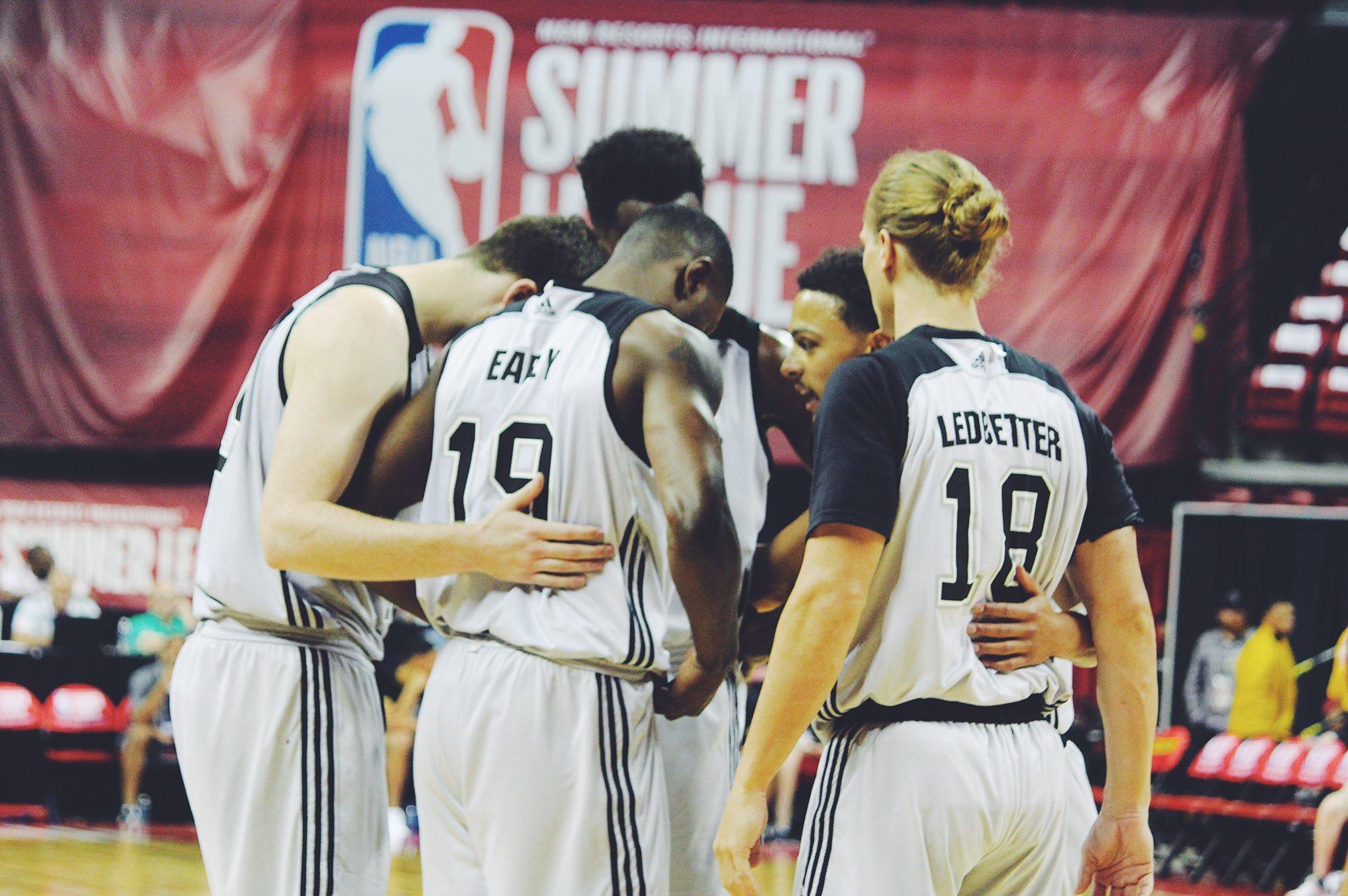 Halftime.   #SummerSpurs 40 |  Blazers 47 https://t.co/MNYn15qtJS