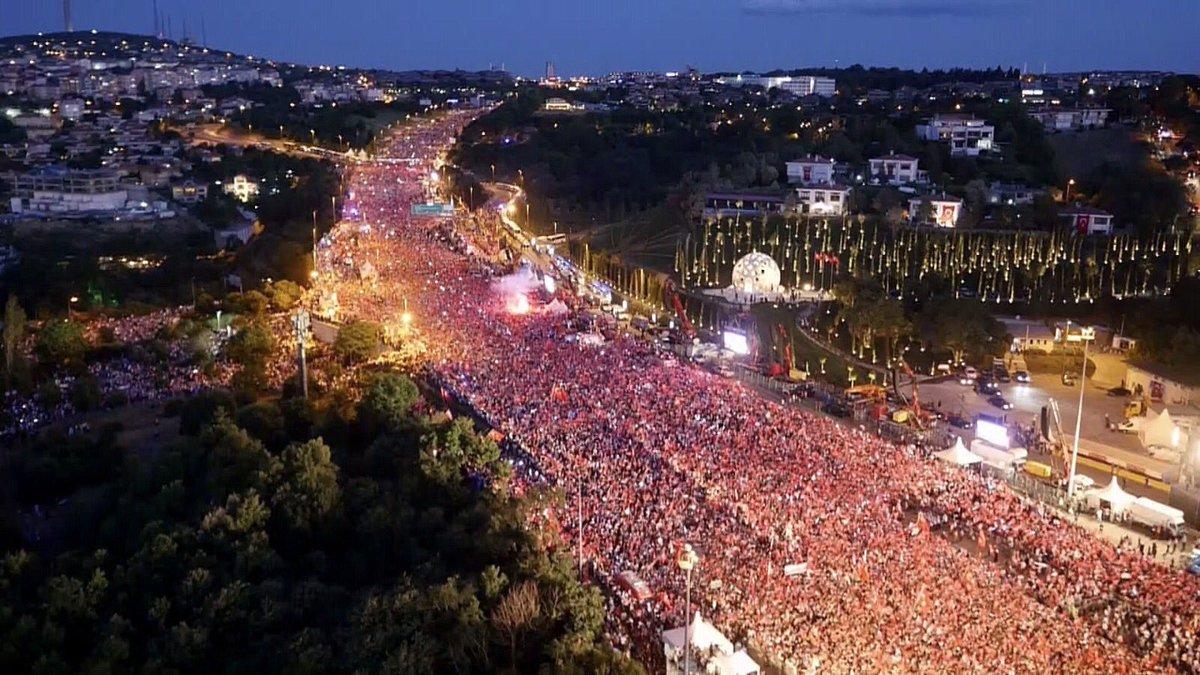 RT @Feneristcom: #GüçlüOlTürkiye #Unutmayacağız #15Temmuz #Nöbetteyiz 🇹🇷 https://t.co/ONzdxdr7Zz