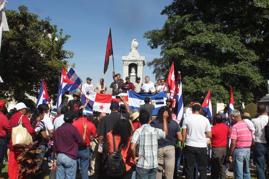 Miembros de comités de Solidaridad con Cuba rinden honores a personajes históricos - Diario Co Latino