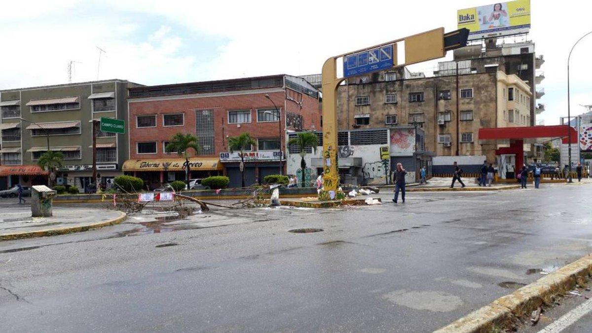 [FOTOS] Trancazo y calles vacías en el este de Caracas
