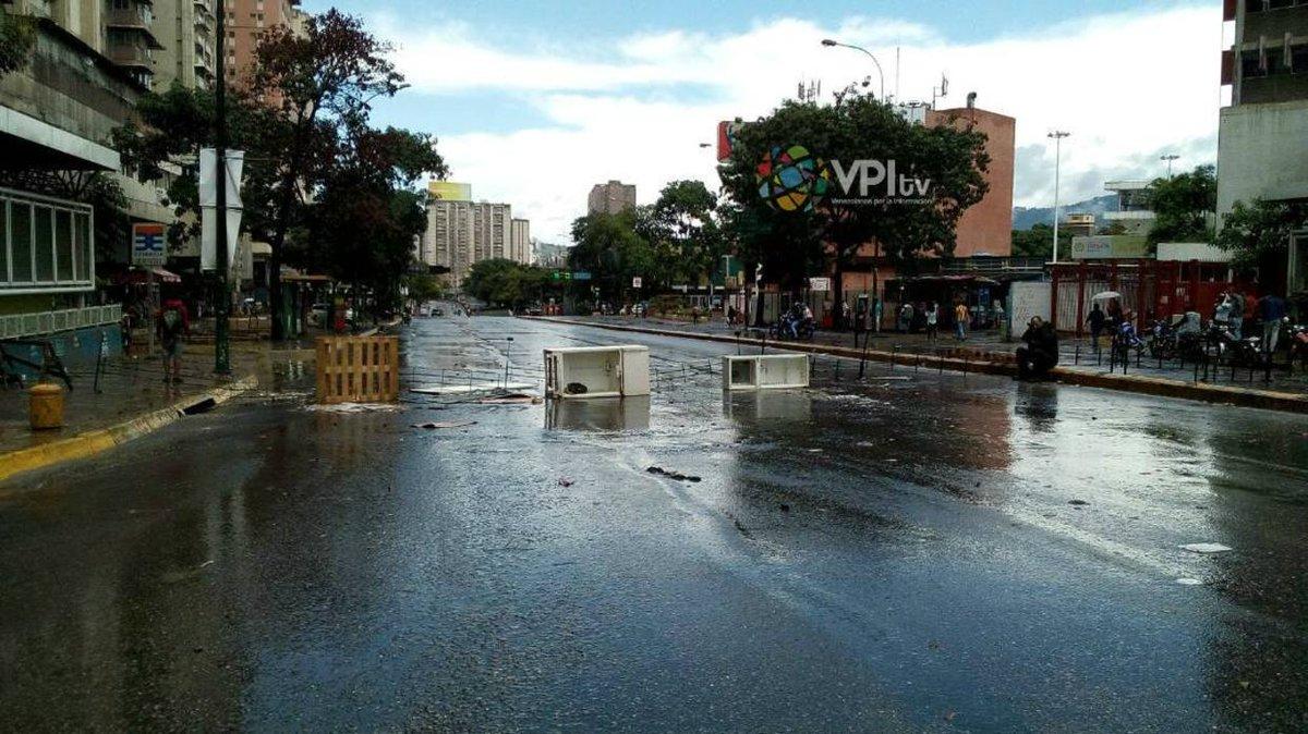 Vecinos de Los Cortijos realizan trancazo a la avenida Francisco de Miranda