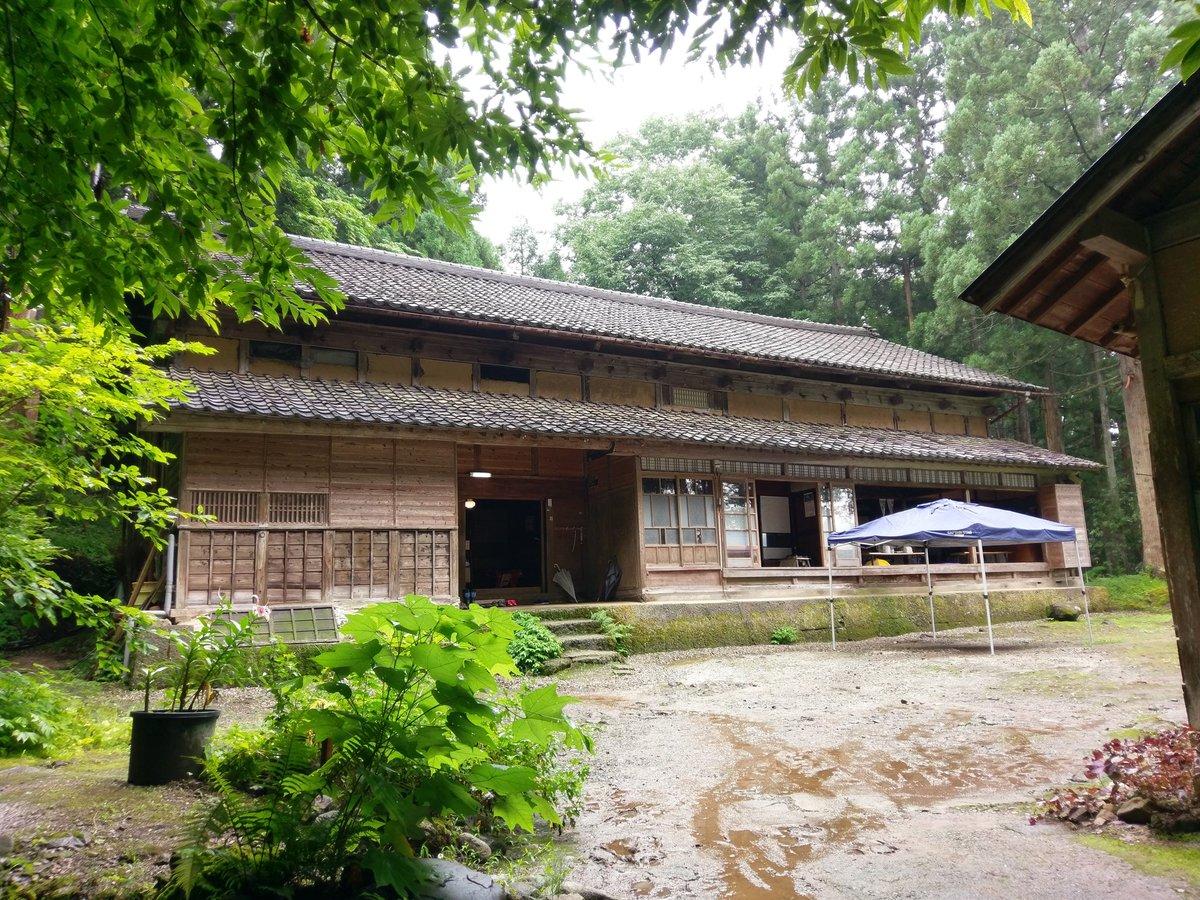 雨も上がり、空も明るくなってきました。おおかみこどもの雨と雪の舞台(花の家)。富山県上市町