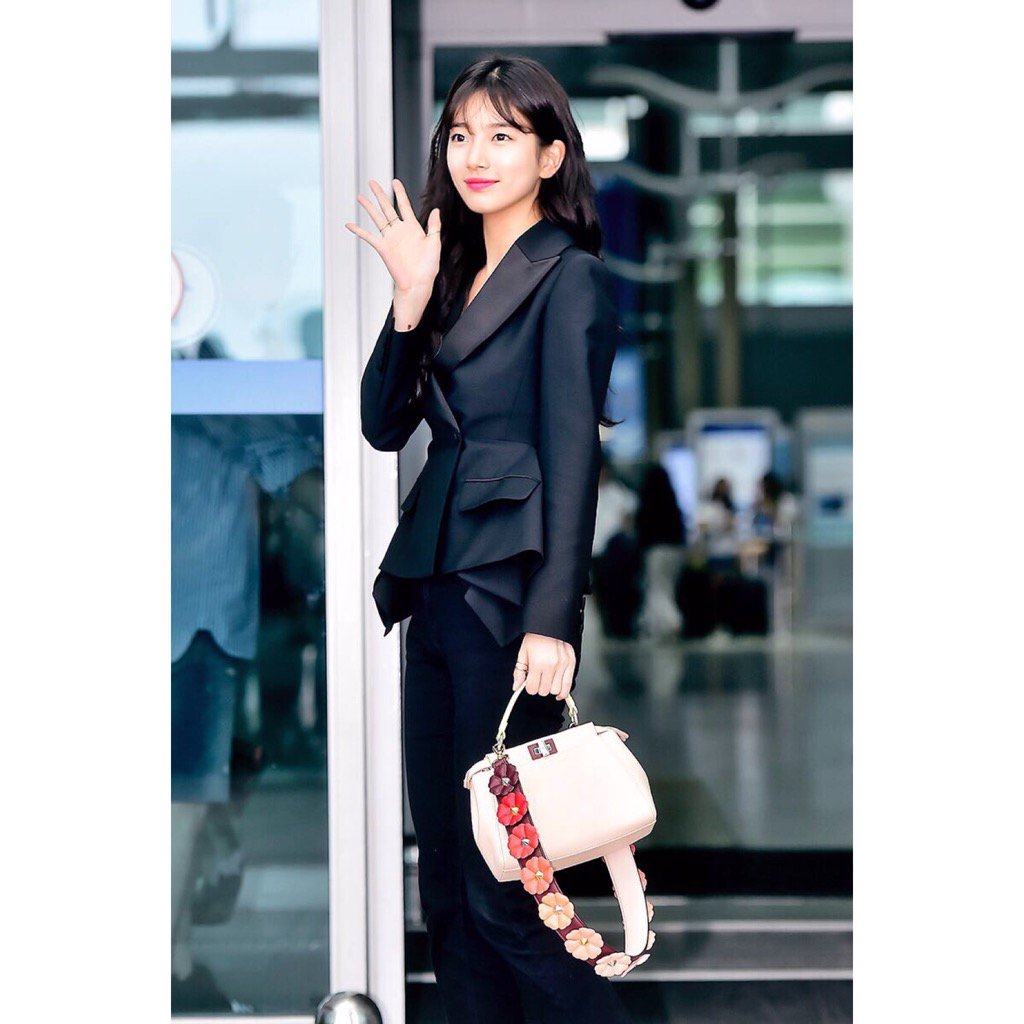 Stepping out in style #Suzy with a Mini #FendiPeekaboo adorned with warm #StrapYou florals @missA_suzy https://t.co/juPJbbaK3i
