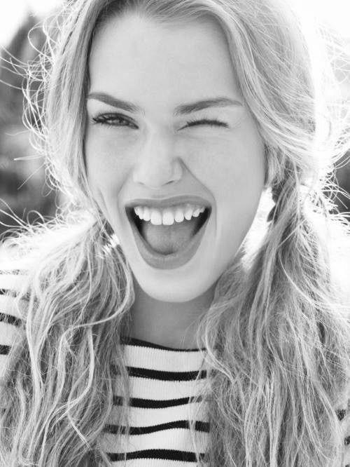 """E pensare che """"esistono""""  persone infastidite da chi sorride : evitatele ... https://t.co/lfaXJHolF4"""
