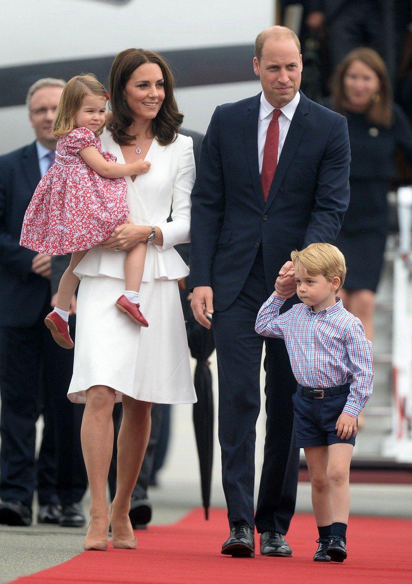 ジョージ王子とシャーロット王女、ワルシャワ空港に到着!