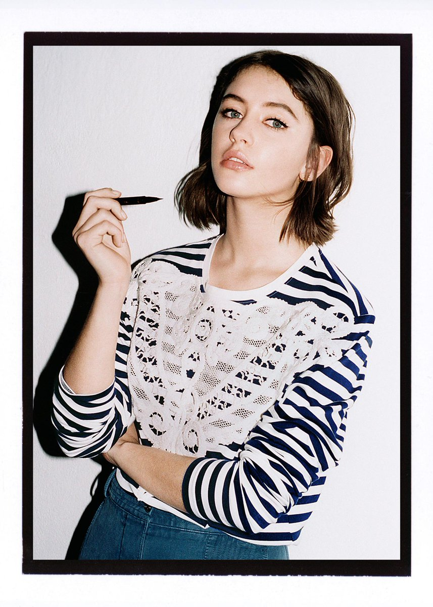 Iris Law gets creative with the new @Burberry Cat Eye Liner duo pen #BurberryBeauty https://t.co/YvBVWtrUxP https://t.co/0hSVhTy8no