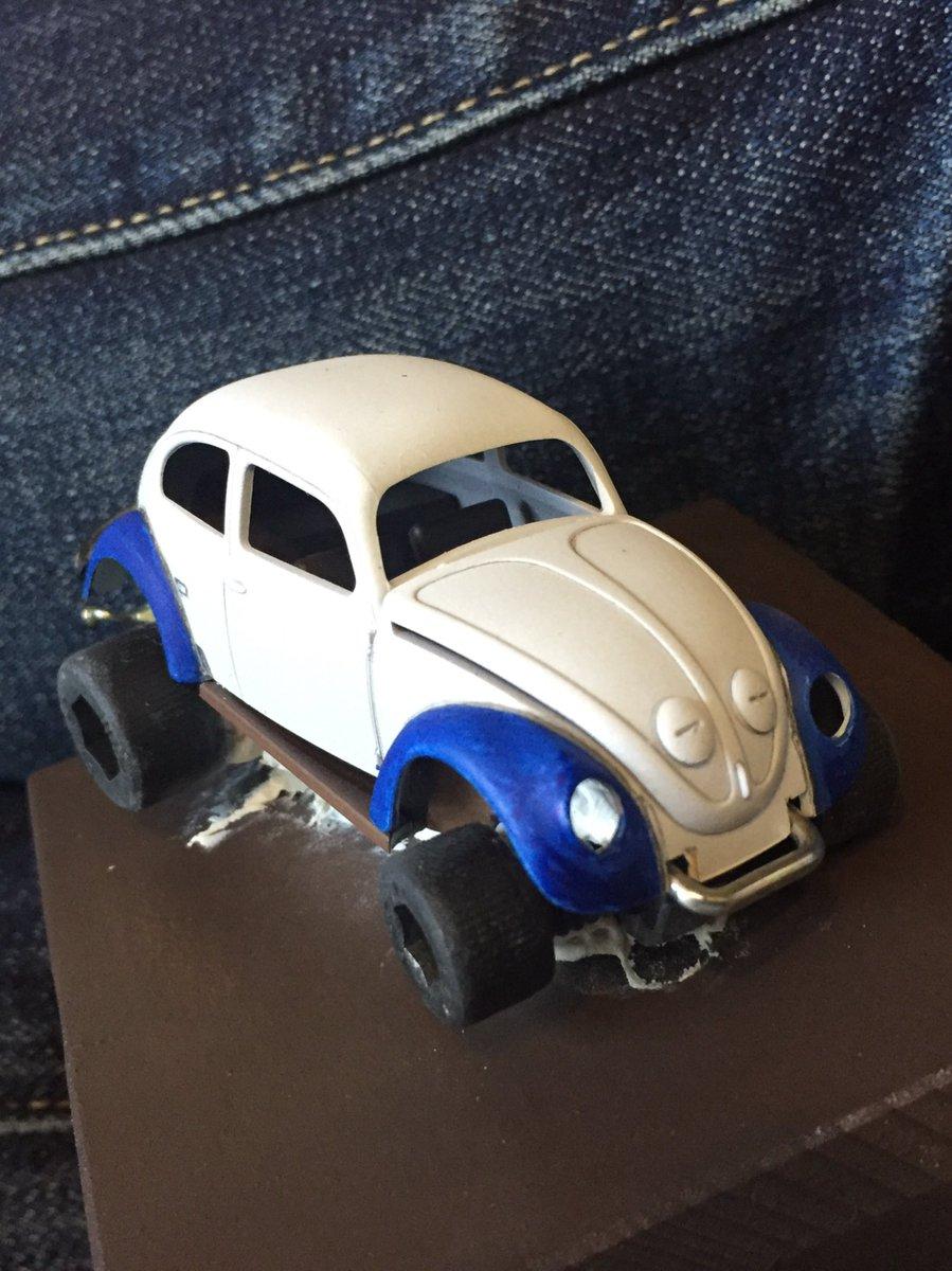 タイヤは黒く塗ったヘキサゴンナット、バンパーは電気工事用の釘、それを固まらないエアコン用のパテで固定します。ってかエアコ