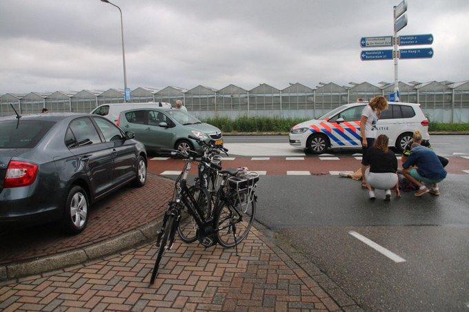 Ongelukje aan de Veilingweg/Nieuweweg Honselersdijk waarbij fietsster gewond is geraakt. Een rijbaan afgezet tp https://t.co/uRVr3MZzDC