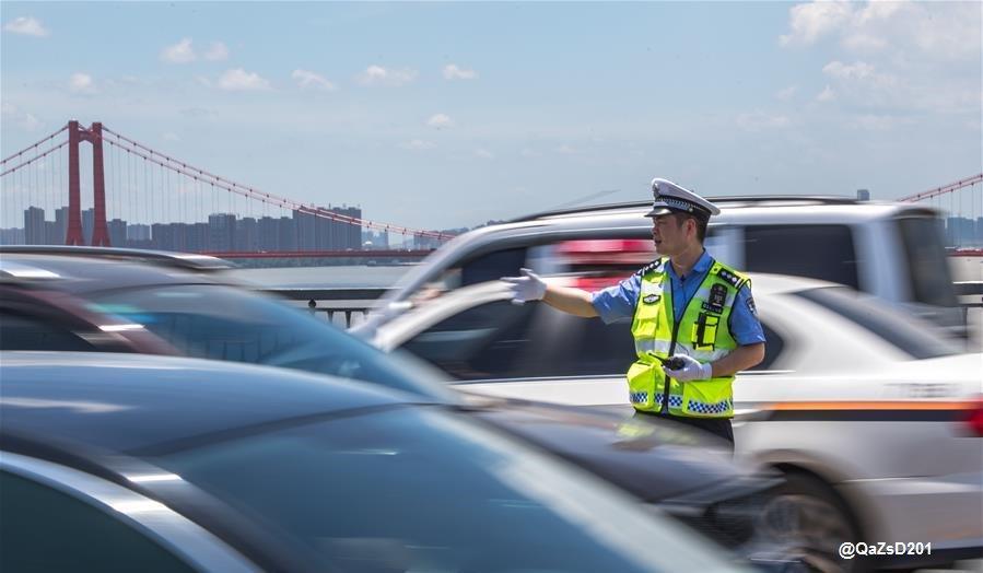 المرور #الصين يواصلون أعمالهم الشارع