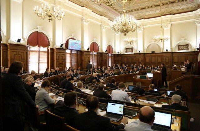 Saeima bez izmaiņām atkārtoti pieņem strīdīgos grozījumus Kredītiestāžu likumā