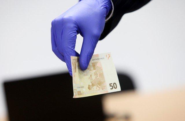 Šogad no apgrozības izņemts aptuveni 331 000 viltotu eiro banknošu