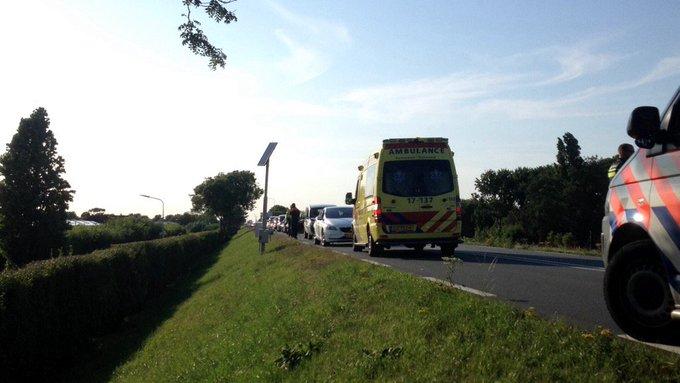 Aan de Maasdijk N220 s-Gravenzande vond een ongeluk plaats tussen twee auto s. Een persoon in de ambulance https://t.co/C4yUagJoLa