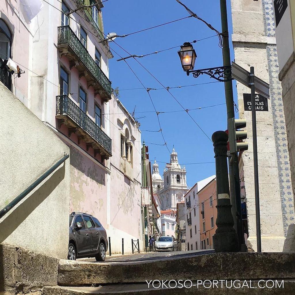 test ツイッターメディア - たまに昼間でも点灯している、アルファマ地区の街灯。 #リスボン #ポルトガル https://t.co/3IysvBD13e