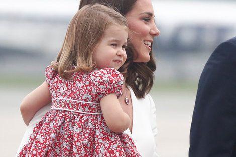 まるでエリザベス女王!? シャーロット王女は「公務のプロ」――初のお辞儀の瞬間を捉えたのは、監視カメラだけだった……#p
