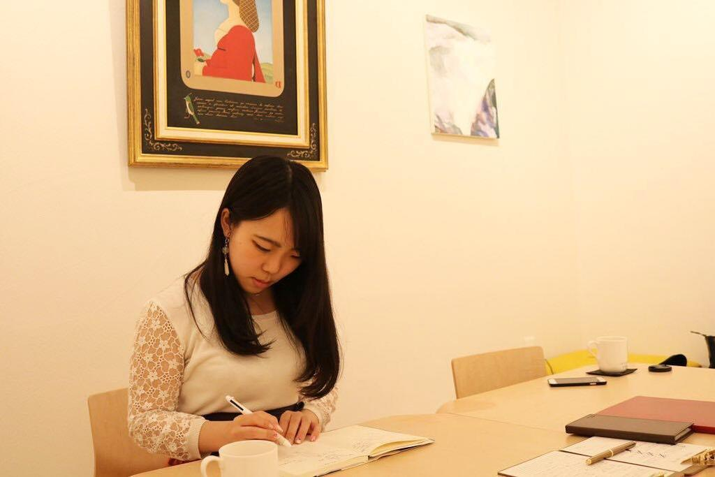 【working museum】鑑賞する空間である美術館において、仕事や読書を行うことで、時間に追われる状況や、無機質な