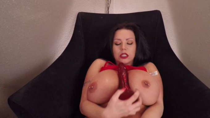 Just made a sale! Showing Off Curves and Squirting. Get yours here https://t.co/DTCXy3rqUU @manyvids