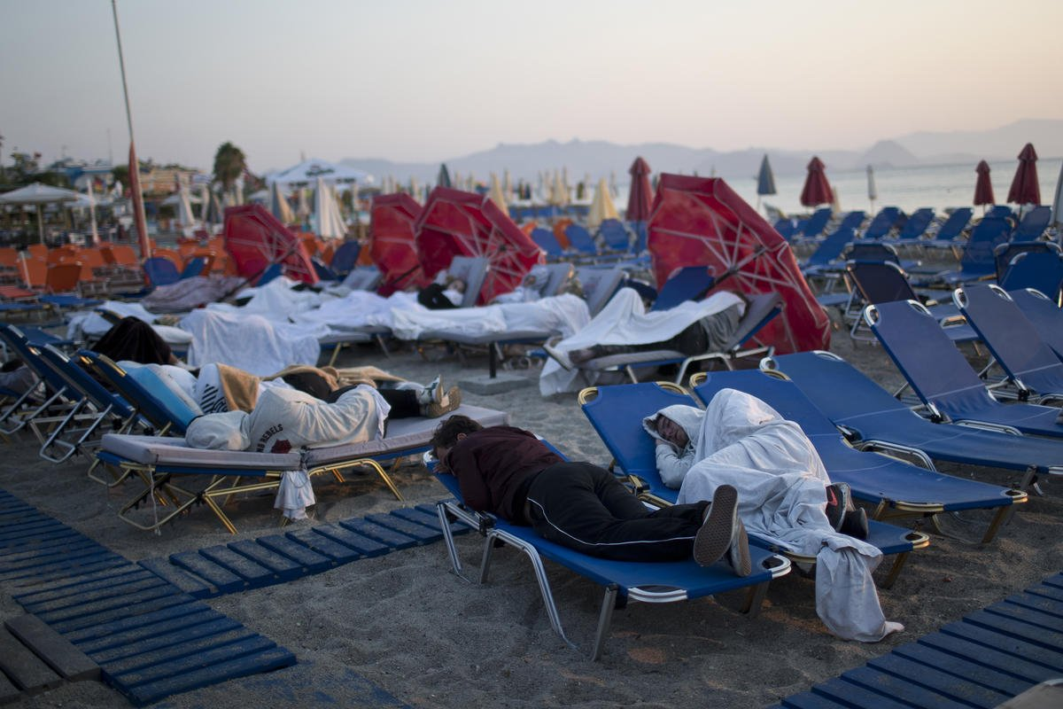 Residents, tourists in Greece sleep outdoors after quake