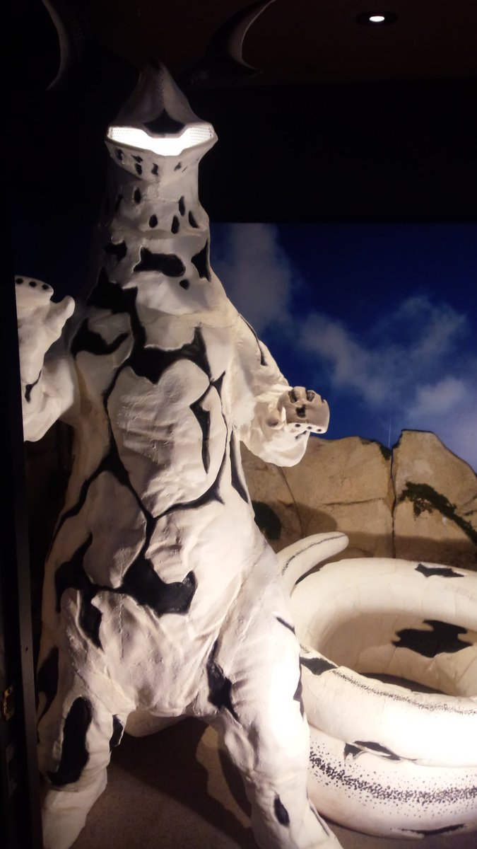川崎怪獣酒場にある誕生月の人のみ入れるエレキングの部屋。世にも貴重なエレキングの尻尾にじゃれつくことができる場所だよ。#