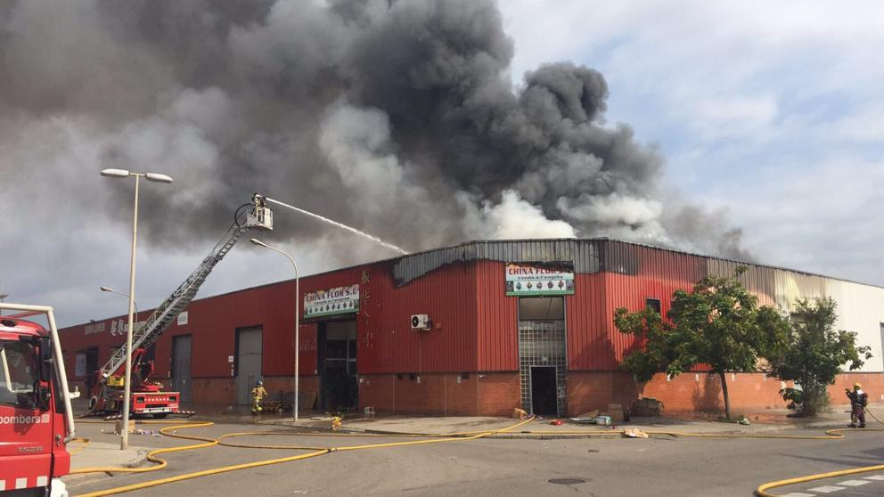 Arde una nave en un polígono industrial en Badalona https://t.co/Te2mptETdo https://t.co/7q2YdwfRQs