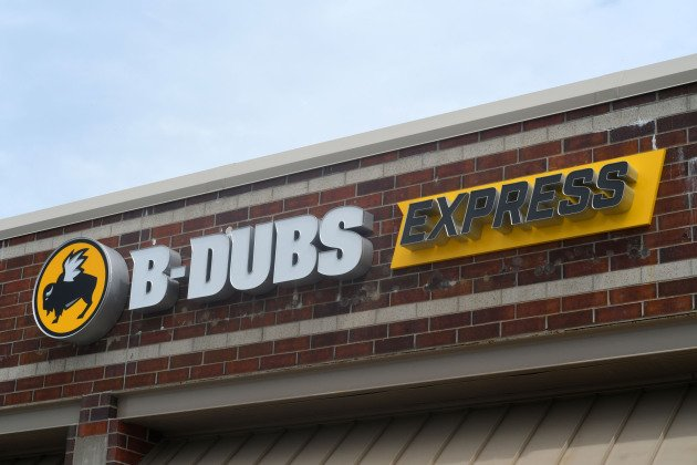 Buffalo Wild Wings' new small-format store debuts today in Edina