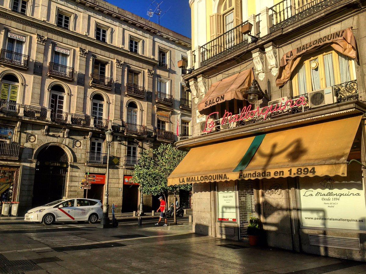 Esquinas con historias... ¡Buenos días desde una Puerta del Sol que ya empieza a despertar! #felizmartes #madrid