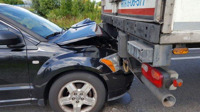 Maasdijk. Flinke kop/Staart aanrijding. Auto - Vrachtwagen aan de Hoeksebaan. Wonderwel geen gewonden. https://t.co/DYrrI773e4
