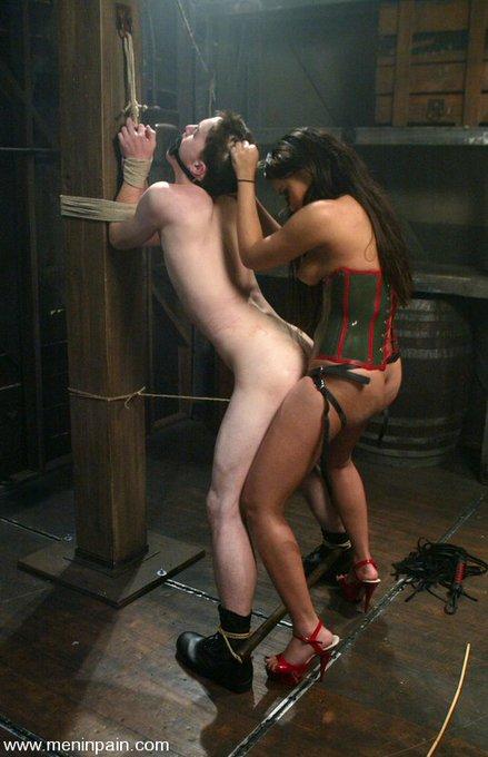 https://t.co/ISUScd28bT #AnnieCruz #strapon #pegging #femdom #bondage #latex #zipperline #suspensionbondage