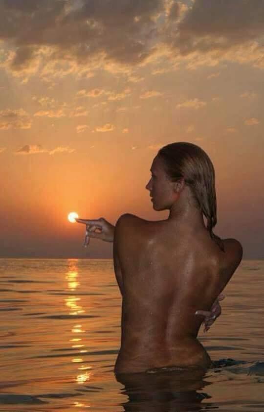 Красивые снимки голой девушки на закате солнца у реки  72730