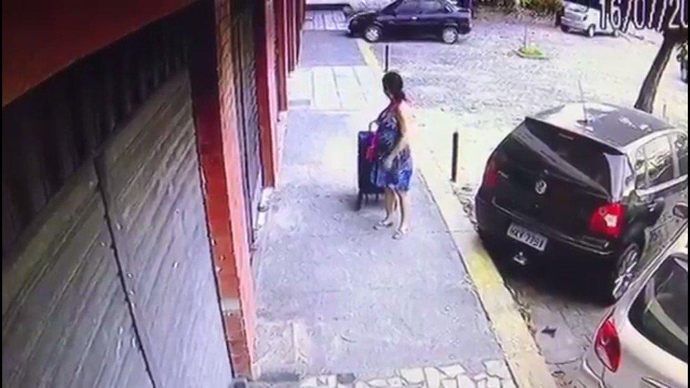 Comerciantes denunciam mulher que veda fechadura de cadeados com cola em Fortaleza #G1