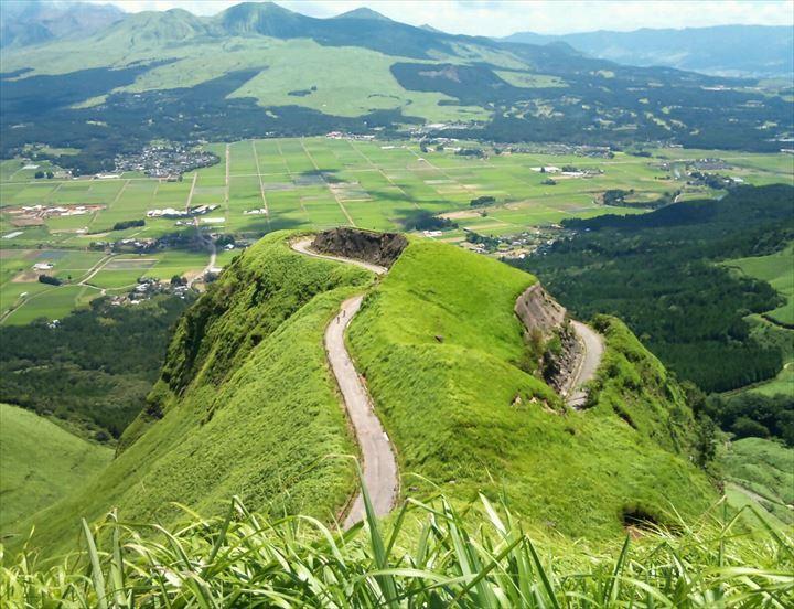 """一度は行ってみたい日本の絶景(21)熊本県阿蘇市の、""""ラピュタの道""""ですっ😉💡🌱ほっそい道ですね😲😲😲⭐"""