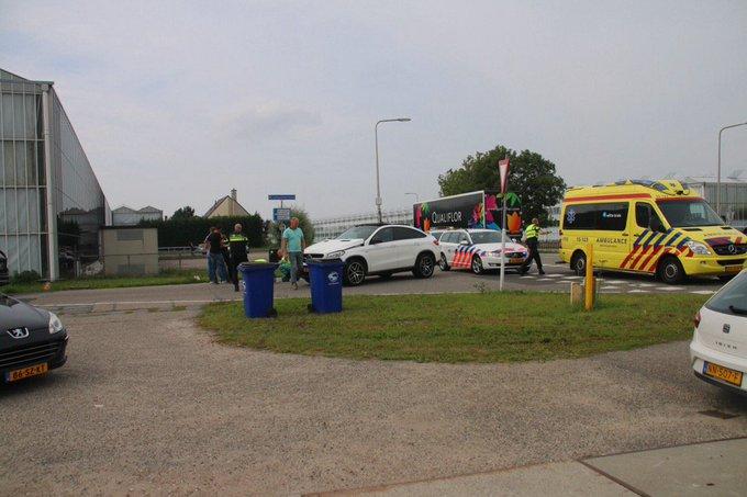 Ongeluk auto/scooter aan de kruising Broekpolderlaan/Zwethlaan Honselersdijk. Scooterrijder gewond naar Z-H https://t.co/OeGH6OOfkT