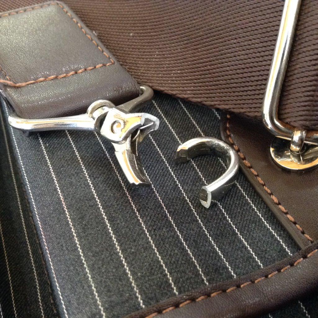 2017/07/27朝、鞄のフックが金属疲労?で折れた。はいふりのパーフェクト賞当選で運を使い果たしたか?確か青木か青山