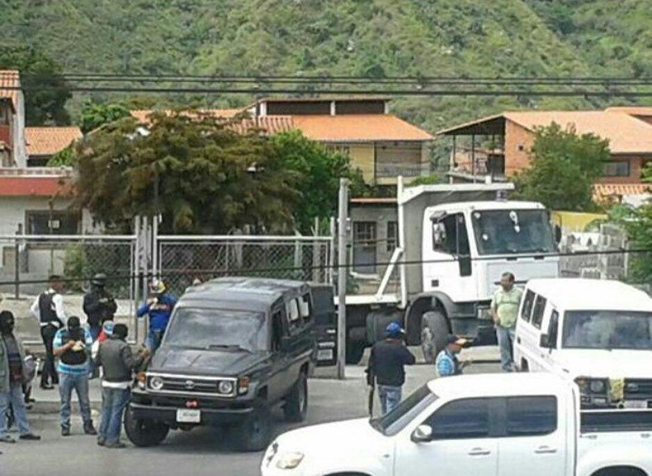RT @informante_mrd: Civiles con armas largas y capuchas en vehículos toyota en av Centenario ejido #Mérida #27Jul https://t.co/3UJdKhG8xL