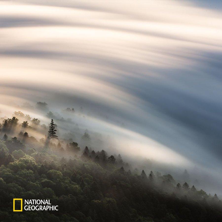 #NG오늘의포토 일본 홋카이도에서 마주한 그림 같은 구름의 모습입니다. 사진작가는 장노출 촬영을 통해 색다른 구름의 모습을 담아낼 수 있었죠. 마치 물감으로 붓질 한 것 같은 오묘한 느낌의 하늘입니다. https://t.co/04lbB8ETYK