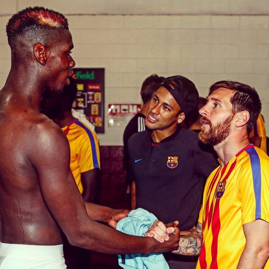 Pogba y su GRAN estatura ante Neymar y Leo Messi. https://t.co/MLQ3u9dWsd