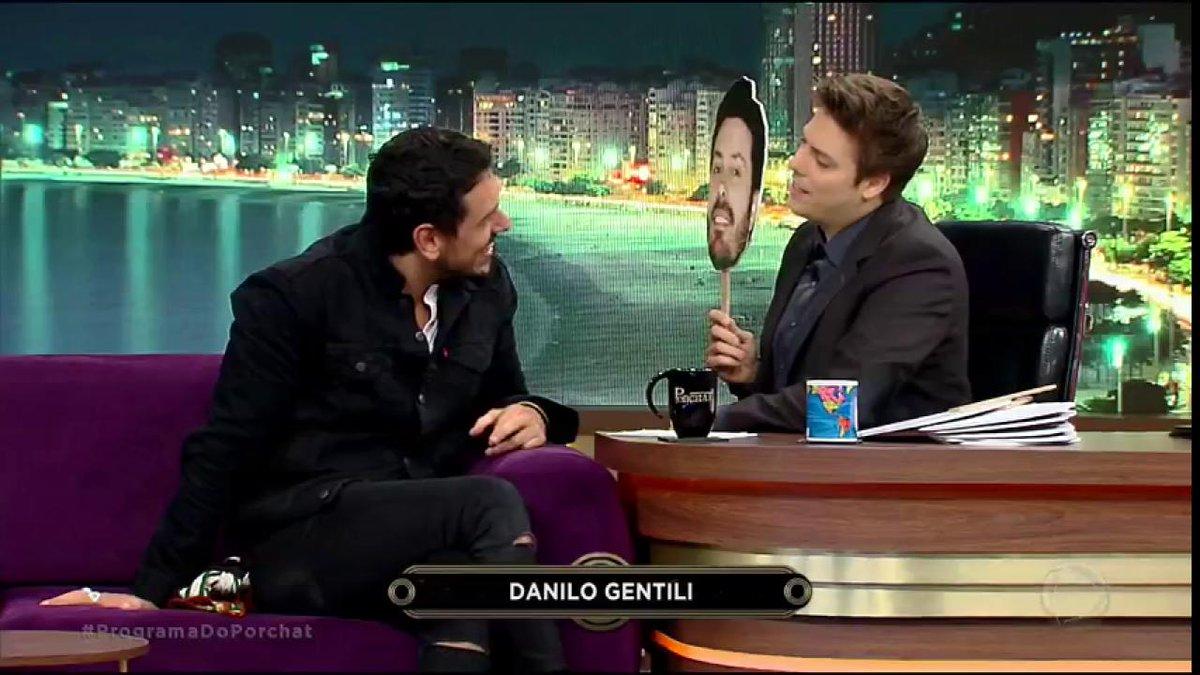 """.@JoaoVicente27 e @FabioPorchat se enfrentam no """"Quem É o Entrevistado?"""" #ProgramaDoPorchat"""