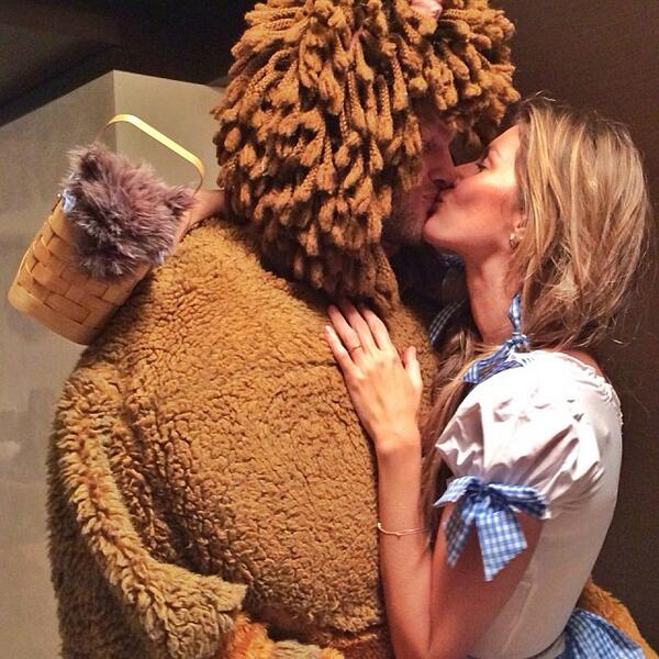 Here's Dorothy (Gisele) and her Cowardly Lion (Tom Brady) at a 2013 Halloween party. #WorldLionDay https://t.co/DaYpEDHm7S