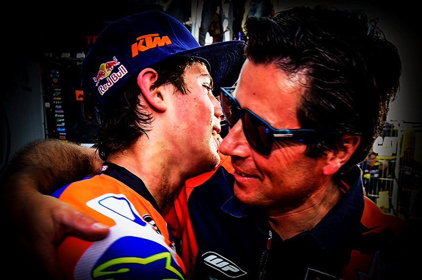 Un abrazo que significa mucho-A hug that means a lot #SixT1 #daddy  Photo: @maxzanzani @Moto_it https://t.co/yWglhkeV2B