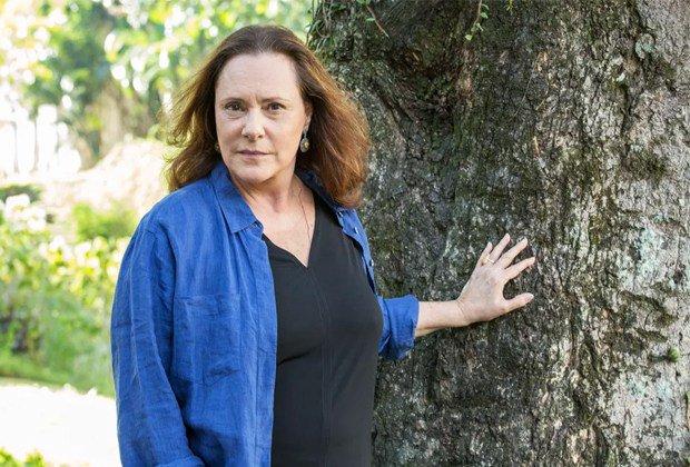 "Elizabeth Savalla. Foto do site da RD1 que mostra Elizabeth Savalla entra em ""Pega Pega"" como mãe misteriosa deJúlio"